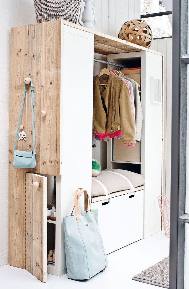Möglichkeit für den Flur, Garderobe sozusagen eingebaut in Holzplatte links, Regal oben bis über die Ecke