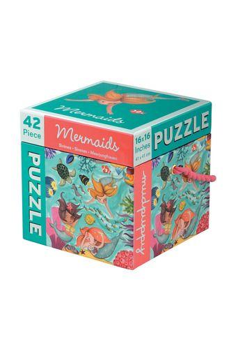 Leg under vandet med havfruer, havskildpadder, søheste, koraller, tang, og meget farverige fisk, alle illustreret af Valeria Cis. Mudpuppy Cube Puzzle med 42 brikker opbevares i en praktisk og meget kraftig æske med hank der er let at tage med overalt. Når puslespillet ikke er i brug, pynter æsken flot på værrelset.  Alder: 3+