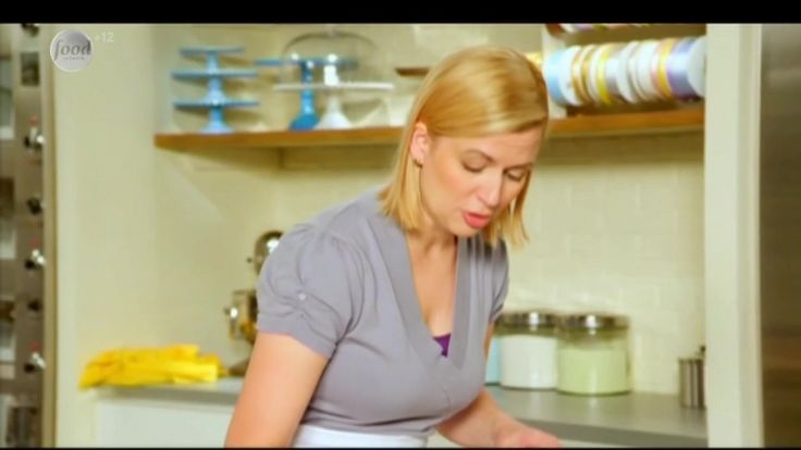 Сначала Анна приготовит классические шоколадные брауни. Затем она возьмется за более сложные двухслойные пирожные на основе тыквенного чизкейка. И, наконец, наша ведущая поделится рецептом нежного лимонного безе.