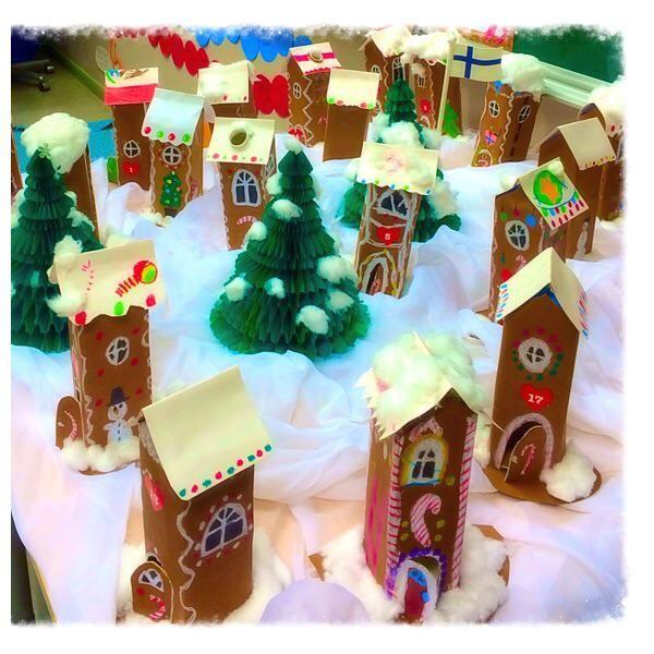 Maitotölkeistä tehty piparkakkukylä, joka toimii luokan joulukalenterina (Mila Lehtonen / Alkuopettajat FB -sivusto)