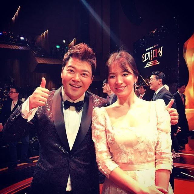 皆さんあけましておめでとうございます♡ソン・ヘギョさんの骨にきれいな姿見ながら気持ちよく新年始めてください^^〜ソン・ヘギョさん、ソン・ジュンギさんのサポートが宝剣がすべて受賞おめでとうございます^^♡#玄武#ソン・ヘギョ#ソン・ジュンギ#キム・ジウォン#泊宝剣#KBS演技大賞#太陽の末裔