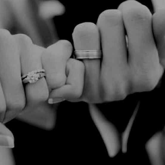 Awwww wat een schattige manier om je #trouwringen te fotograferen! #huwelijk #weirdcloset