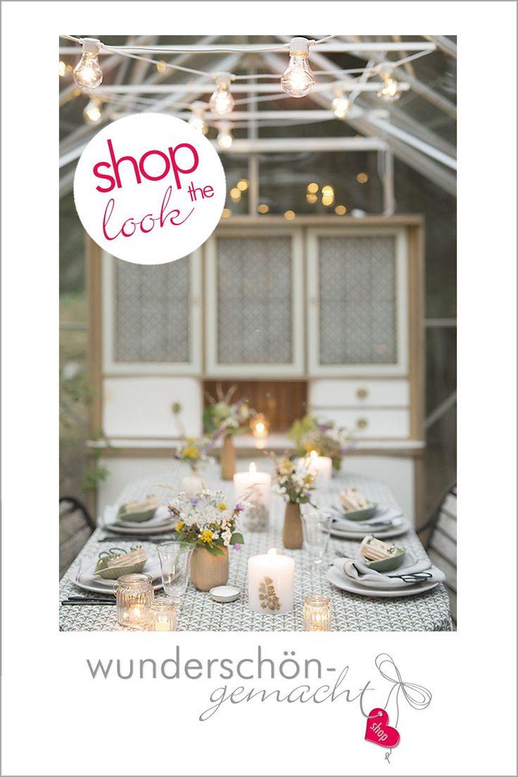 Tischdeko für ein Sommerfest im Gewächshaus. Die vielen Farn-Kerzen und Sommerwiesenblumen in Holzvasen machen die rustikale Gartenhaus Deko perfekt!