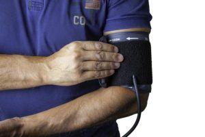 Így helyezd el a vérnyomásmérő mandzsettáját a karodon.