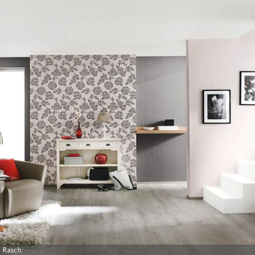 Das in Rosè- und Brauntönen eingerichtete Wohnzimmer erhält seinen besonderen Charakter durch die Wohnzimmergestaltung mit verschiedenen Mustertapeten. Die Tapeten…
