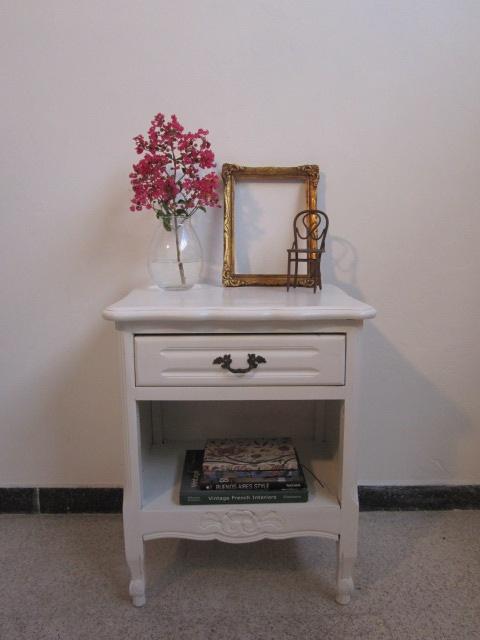 Mesa de Luz provenzal blanca.