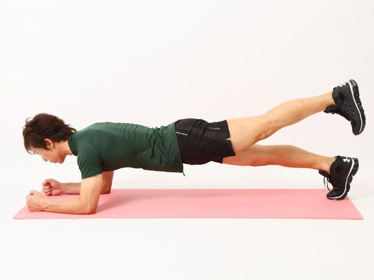 暑さで運動量が落ちやすい夏、短時間で腹筋の引き締めに一役買ってくれるのが筋トレの人気種目「プランク」です。プランクは、腹筋全体に良質な負荷を与えると同時に、背中や腰部分のコアマッスルまで鍛えることができる魅力的な種目。今回は引き締め効果の高い3つの応用版のプランクをご紹介します。