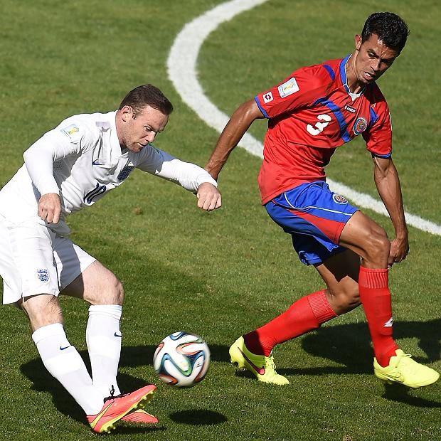 Giancarlo Gonzalez marca a Rooney. El defensor no se intimido ante ningun rival