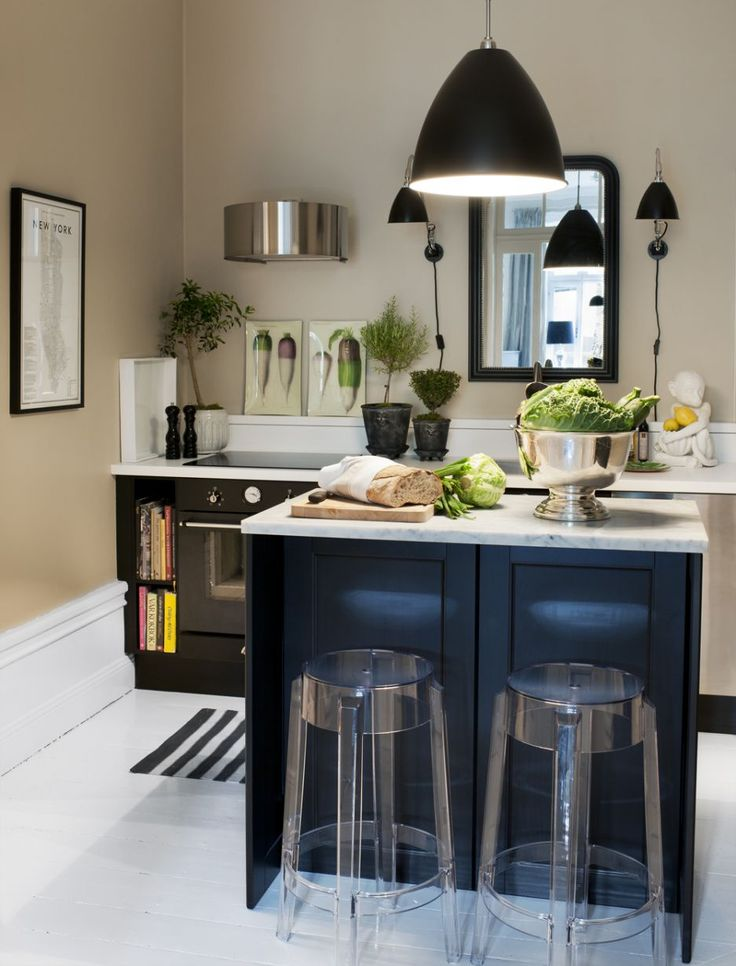 Tiny kitchen, cleaver exhaust hood and great lighting idea.