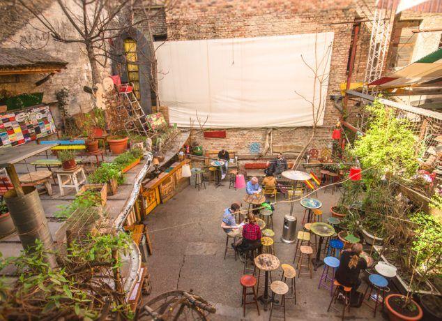 O melhor bar da cidade é aquele que está em ruínas