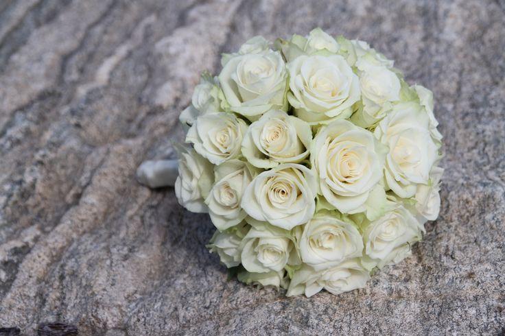 Brudebukett med bare hvite roser // Bridal bouquet with only white roses