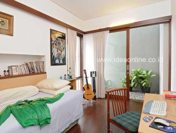 Sirkulasi udara dan cahaya yang baik adalah kunci kenyamanan ruang. Untuk kamar yang baik, Anda bisa memanfaatkan sisa lahan sebagai tempat pertukaran hawa. Ini dia desain kamar tidur yang sejuk dan nyaman.