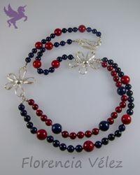 Collar en plata 950 y piedra fósil roja y azul oscuro. Diseño Florencia Vélez.