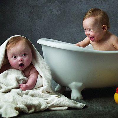 Afin de changer le regard sur la trisomie 21, des sages-femmes réalisent un calendrier avec deux petites filles atteintes du syndrome de Down...