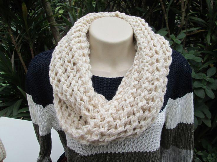 Maxi Gola em tricô.  Confeccionada em lã anti alérgica.  Cor: Cru  Outras cores sob encomenda.