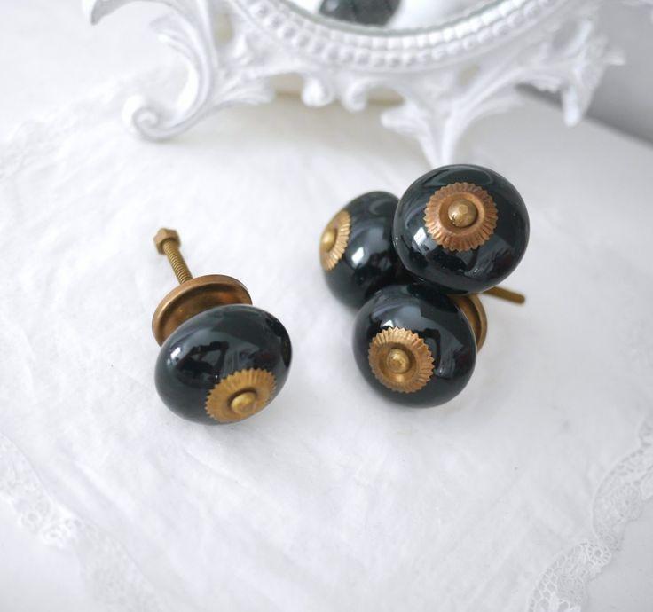 Svart keramik / porslins knopp med guld stomme