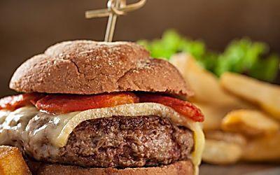 Hambúrguer de picanha com tomate assado