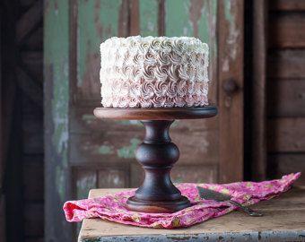 Tournées à la main de noyer noir, un beau stand digne de votre meilleur gâteau. La partie supérieure a été légèrement bombée mais avec une belle surface plane pour votre gâteau, petits gâteaux ou un dessert comme pâtisseries ou beau fruits tartes. Ferait un cadeau très convoité sûr de devenir un héritage précieux. Finition de cire dabeille tournesol bio frotté de main- 10,5 pouces de diamètre x 7 pouces de haut