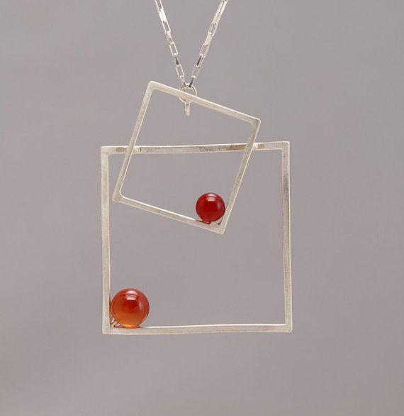 Vervaardigd met sterling zilveren vierkante draad en half geboord Carneool steen. Hangt aan een 20 sterling zilveren Venetiaanse vak ketting en een handgemaakte knevel.