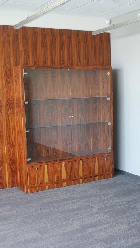 Zdjęcie: Witryna w zabudowie panelowej ściany wykonana na zamówienie.
