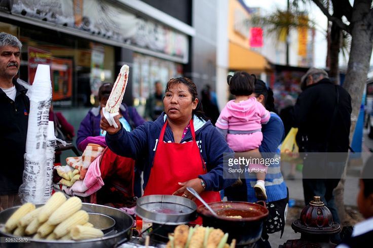 street-vendor-sells-corn-on-the-cob-to-customers-along-calle-avenida-picture-id526325870 (1024×683)