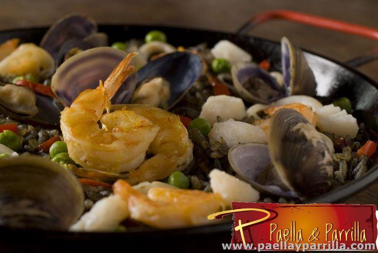PAELLAS Paella negra Langostinos, camarones, calamar, mejillones, palmitos, almejas, y trozos de pescado, rehogados en tomate, pimentón, cebolla, alcaparras, aceitunas, arveja y aceite de oliva, preparados en tinta de calamar. Porción 410 grs .