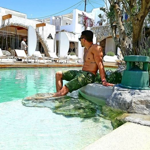 Chilling under the olive tree at the Kenshō pool. Thank you for sharing, @eleftherios_petrounias & hope to see you again soon!#KenshoMykonos #bythepool #lifestyle #kenshohotel #kenshopool #hotel #design #athlete #boutiquehotel #relaxingtime #ornos #luxury #luxuryhotel #mykonos