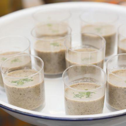 Chupitos de crema de setas. Receta en http://www.liskomarket.com/es/62-crema-de-setas-con-aceite-de-perejil.html