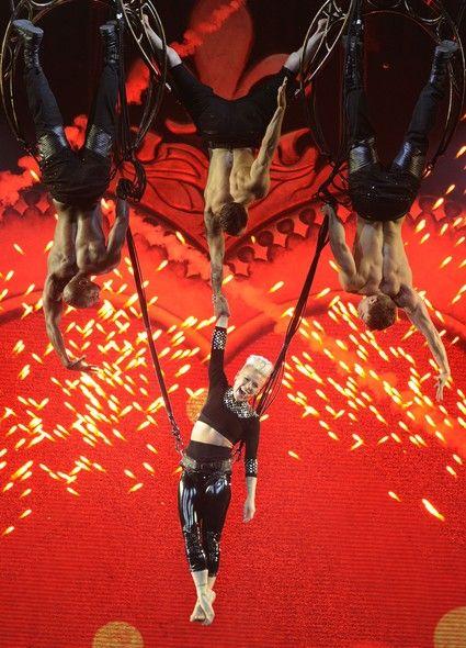 """A cantora americana Pink apresentou show de sua nova turnê, """"Truth About Love"""", na noite de quarta-feira (29) na Califórnia, nos EUA - http://epoca.globo.com/tempo/fotos/2014/01/fotos-do-dia-30-de-janeiro-de-2014.html (Foto: Chris Pizzello/Invision/AP)"""