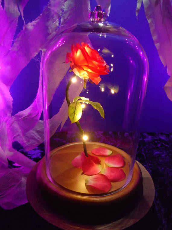 Rosa de encantado de la bestia es traída a la vida en esta hermosa recreación de iluminado de tamaño natural inspirada por Disney la bella y la bestia, es un sueño hecho realidad De arriba a abajo la rosa encantada es maravillosamente hecho a mano y captura en detalle exigente,