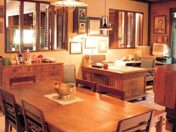 Furnitur berbahan kayu tua. Lubang angin berupa lonji. Rumah ini didesain agar penuh kehangatan.