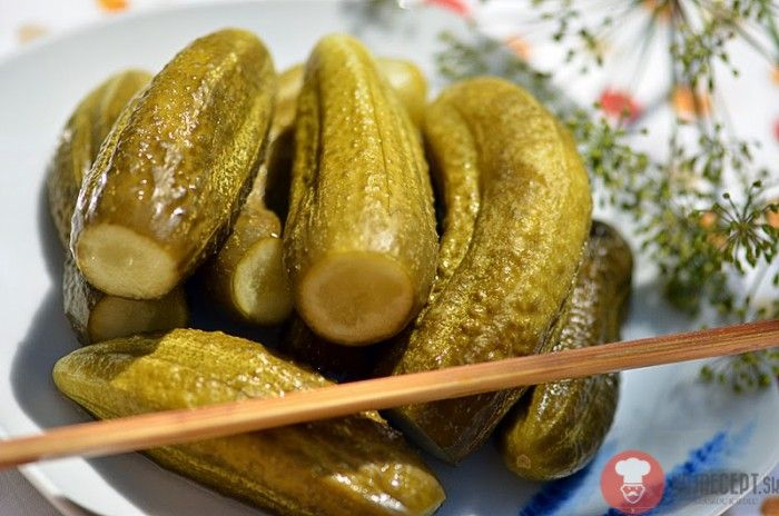 Recept na klasické Kvasené uhorky, nazývané tiež kvašáky. Patria medzi sezónne špeciality na Slovensku. Robia sa na mnoho spôsobov.