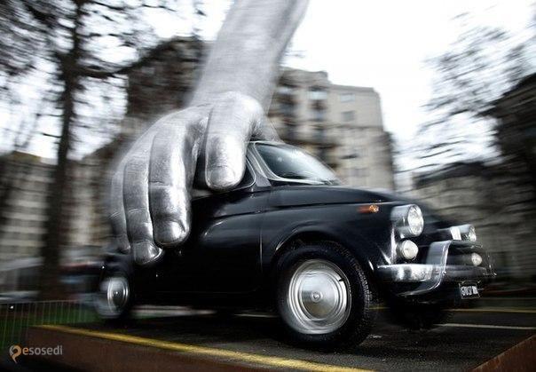 """Vroom Vroom – #Великобритания #Англия #Лондон (#GB_ENG) Каким только вещам и явлениям не существует памятников! Вот сегодня я хочу рассказать вам о Памятнике подержанному автомобилю, авторство которого принадлежит знаменитому скульптору Лоренцо Куинну. Его """"Vroom Vroom"""" появился этой зимой в Лондоне. Вот только не знаю, является экспозиция временной или постоянной...  ↳ http://ru.esosedi.org/GB/ENG/1000044339/vroom_vroom/"""