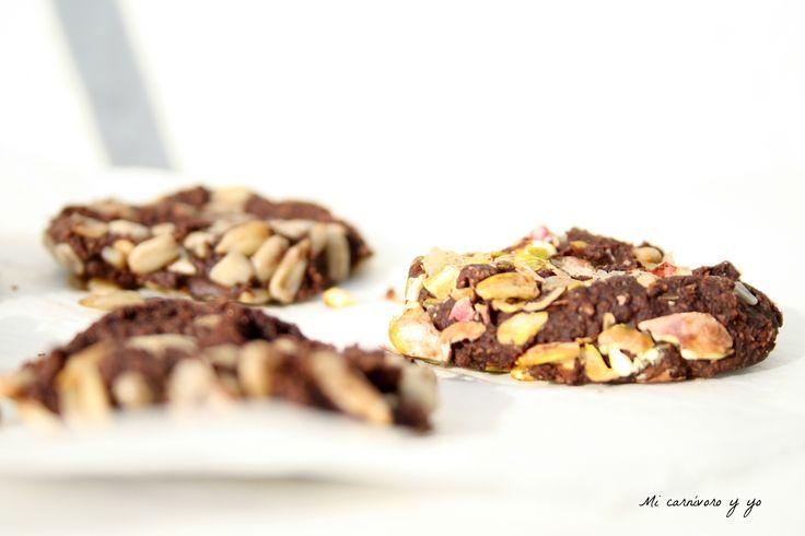 Cookies crudiveganas de chocolate con pipas y pistachos.