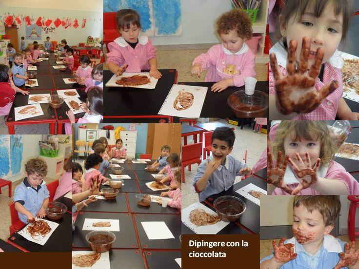 """Dipingere con la cioccolata  Abbiamo sciolto del cacao nell'acqua e messo a disposizione dei bambini un foglio bianco e la ciotola con il """"colore"""".  I bambini hanno usato solo le mani per """"dipingere"""": hanno disegnato un ovale e colorato l'interno. L'attività ha coinvolto tutti i sensi!"""
