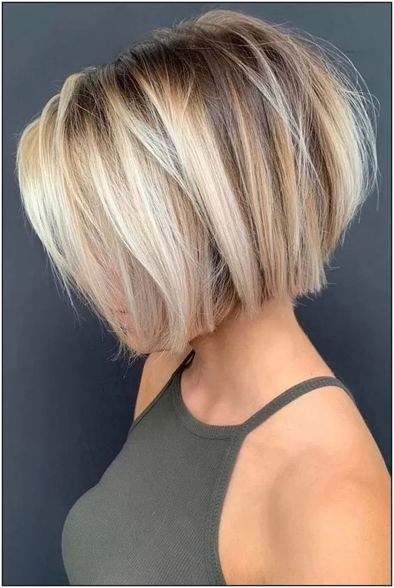Glamouröser Kurzhaarschnitt auf blondem Haar   – Short Hairstyles