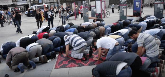 Zum Freitagsgebet haben sich am Freitagmittag rund 80 Muslime vor dem Haupteingang der Technischen Universität Berlin in der Straße des 17. Juni 135 in Charlottenburg versammelt. Sie fordern als Studenten und Mitarbeiter der Uni, wieder gemeinsam auf dem Campus beten zu dürfen, weil die Turnhalle der Uniim März 2016 durch die Universitätsleitung für religiöse Veranstaltungen