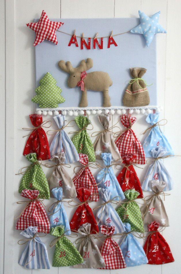 Individueller Adventskalender mit Wunschname:  Fröhliches 3D-Weihnachtsbild, versehen mit Elch, Sternen, Jutesäckchen und Tannenbaum, sowie einer Wäscheleine, an der der Name des Kindes baumelt....