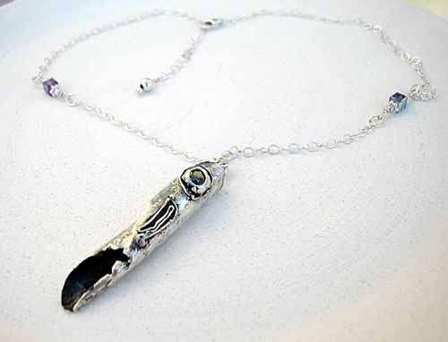 Opgerold blad, zilver verf vele lagen tot het hard word, dan versieren met een steen of donkere verf