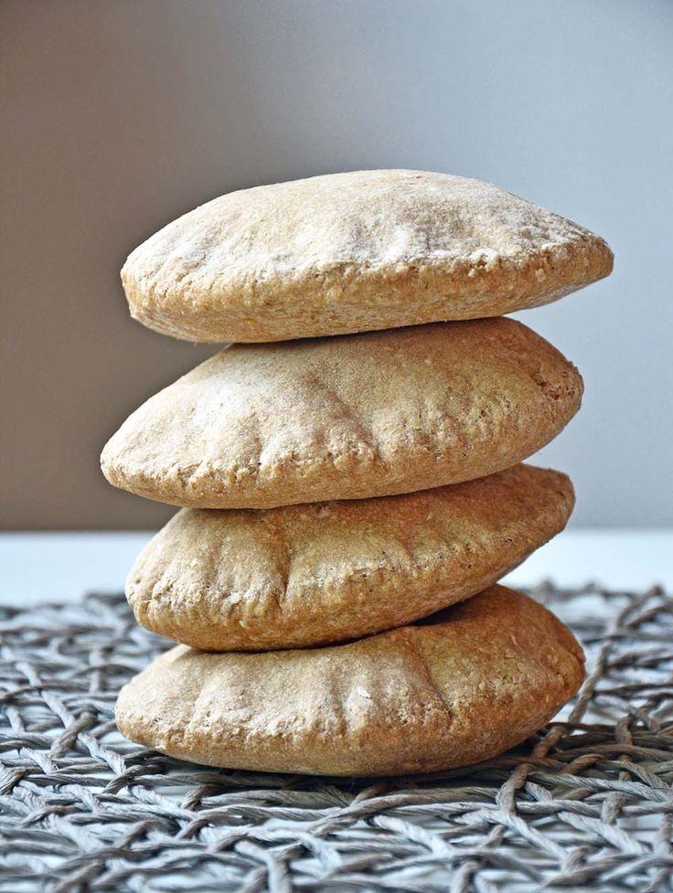 Grove pitabrød med havre  Grove pitabrød – 100 % fullkorn (8 stk. pitabrød)  INGREDIENSER: 250 g fibra fullkornshvetemel 150 g havremel, havregryn malt til mel 1/2 pose tørrgjær 1 ts salt 3 dl vann 1 ss extra virgin olivenolje