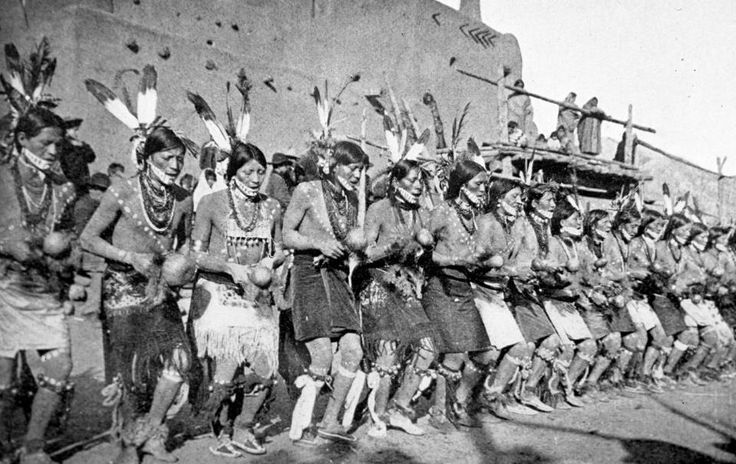 (Taos Pueblo Indians) Outra entidade, associada tanto com os poderes subterrâneos como com os celestiais, é a Serpente Emplumada, entidade relacionada com a trovoada, a chuva e a fertilidade. Esta divindade refere-se ao famoso Quetzalcoatl mexicano, assim como à Serpente Gigante com cornos e a Pantera subaquática, do Este da América do Norte.
