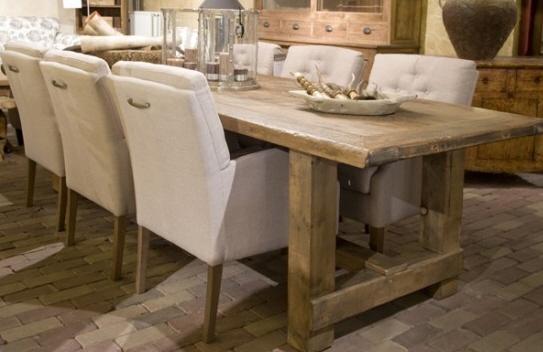 stoere houten tafel met 6 stoffen stoelen met leuning, zou wel kiezen voor een donkere stof voor de stoelen