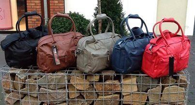 Budgetvariant op de welbekende cowboysbag, draagt perfect over de schouder en is geschikt voor dagelijks gebruik zoals school, werk enz. Vijf verschillende kleuren en de prijs is €24.95.