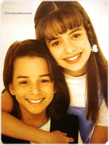 Sandy & Junior # 709 ... : Agradeço a Priscila Silva do Infancia_sej por te me mandado essa foto <3 Fiquei apaixonada por essa foto muito Linda adorei a Sandy linda com cabelo sempre arrumado e esse negocio branco no cabelo da Sandy Linda de azul claro e branco , Junior Lindo . Olhando bem me parece que tirada nos anos 1995 chutei tá Risos .. Eu tenho uma foto que meu tirou quando eu e meu irmão éramos crianças , eu abracei o meu irmão ...