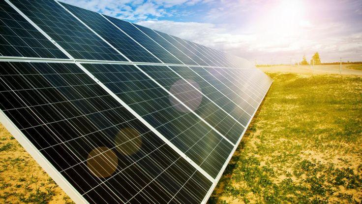 In bijna de helft van alle zonnepanelen zit een stuk Nederlandse technologie. We lopen voorop in het bedenken en ontwikkelen van slimme toepassingen om energie uit de zon te halen. Maar gek genoeg maken we er zelf nog maar heel weinig gebruik van.