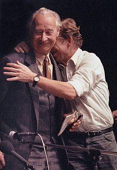 """Verzetsleider en de eerste democratisch gekozen president van Tsjechië Vaclav Havel omhelst Dubcek vlak na de val van het communisme. Dubcek zelf werd na de militaire interventie in 1968 op huisarrest gezet voor """"contrarevolutionaire activiteiten"""". Eind jaren 80 werd hij echter vrijgelaten, waarna hij zich weer inspande voor verregaande hervormingen. Vaclav Havel was geen communist zoals Dubcek, maar Havel had heel veel respect voor de moed van Dubcek en zijn hervormingen tot 1968."""
