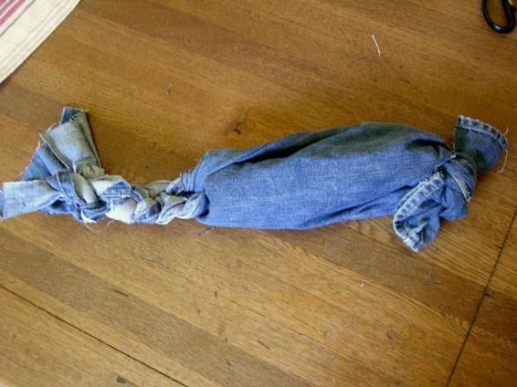 Plastic bottle + old jeans = great dog toy! #diyPlastic Bottle