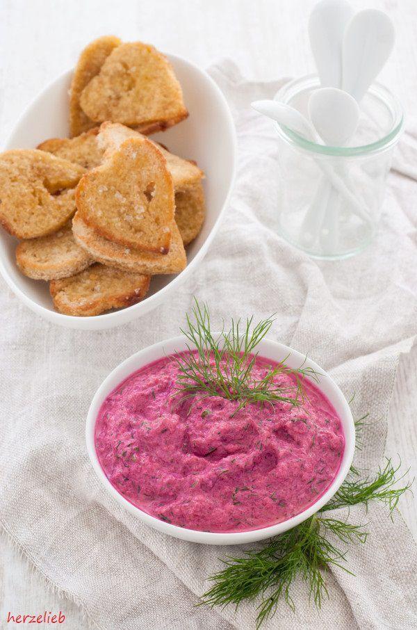 Dip und Soße zugleich ist dieses Rote Bete Tzatziki. Ihr müsst das Rezept unbedingt ausprobieren!