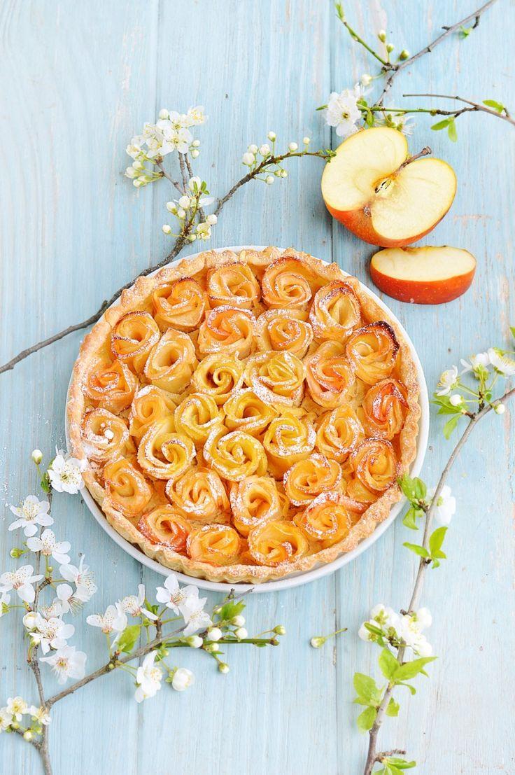 Tarte aux fleurs de pommes - Pour donner plus de brillance et de gourmandise aux fleurs de pommes, badigeonnez-les de beurre fondu avant d'enfourner. Après cuisson, vous pouvez ajouter un filet de caramel au beurre salé au coeur des pétales.