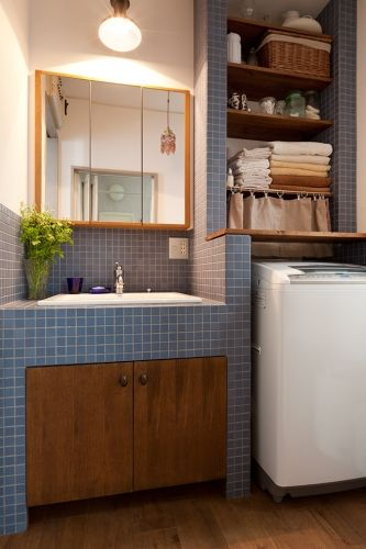 <p>洗面台だけじゃなく洗濯機置き場もタイルで彩ってコーディネート。</p>
